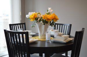 Flores artificiais em mesa de jantar
