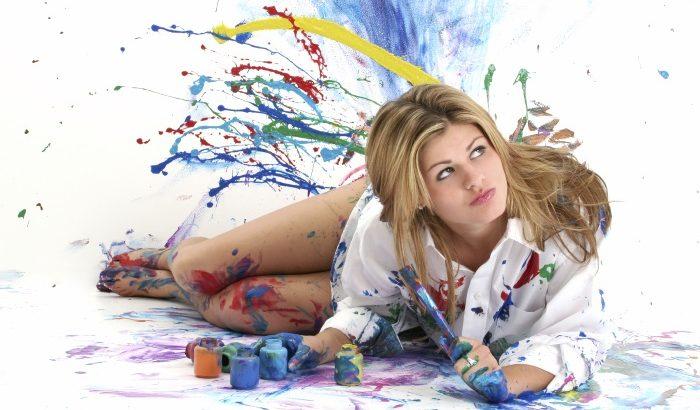 Mulher manchada de tinta